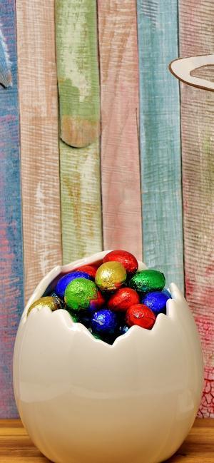 蛋壳中的彩色巧克力