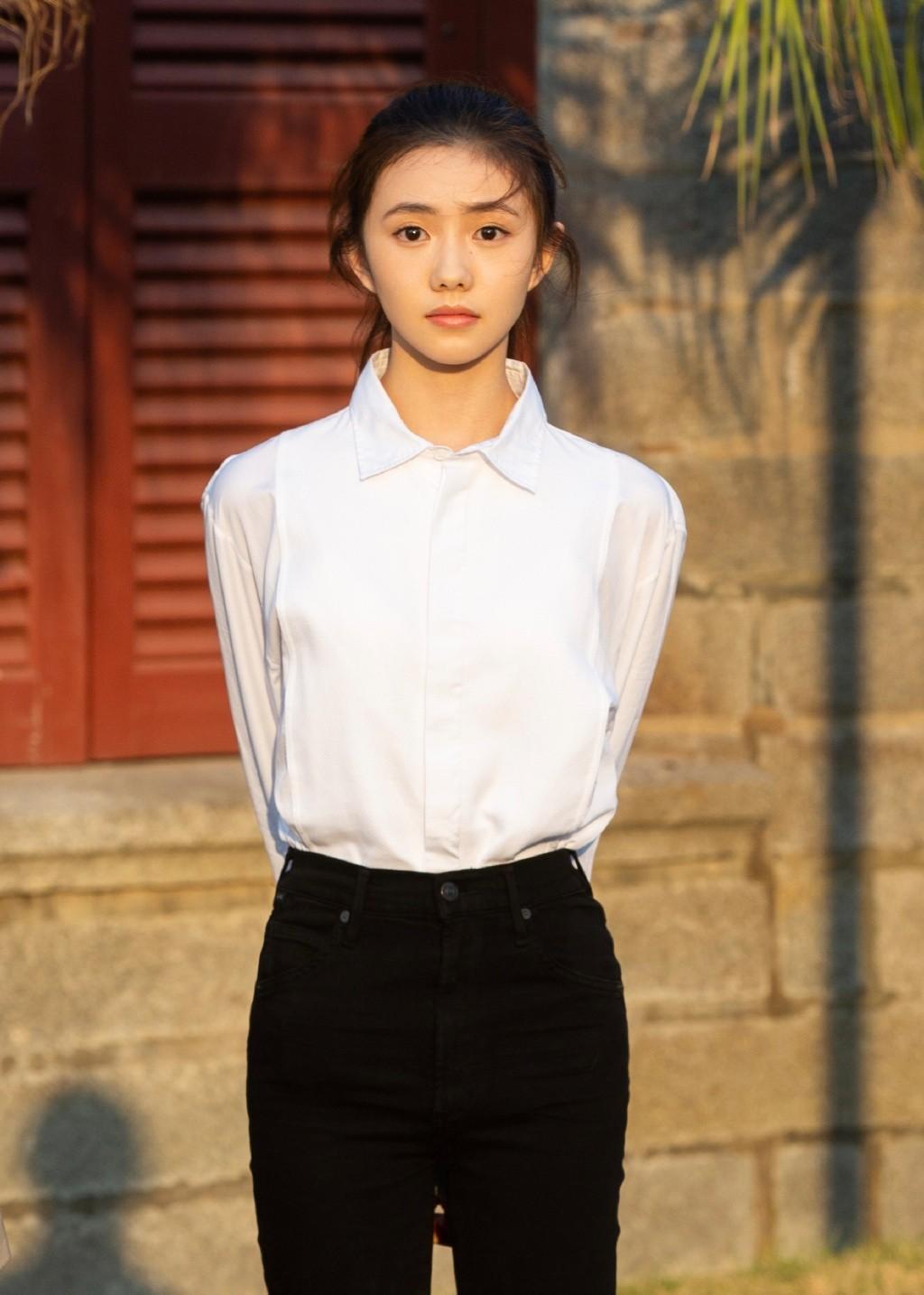 动漫古装美女_刘浩存简约白衬衫清纯校园写真图片,美女明星-靓丽图库
