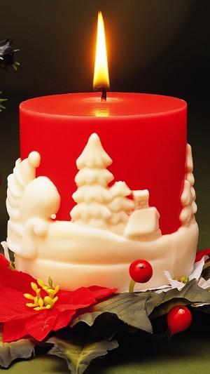 雕刻圣诞图案的红色蜡烛