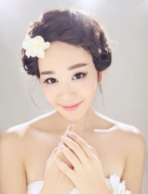 海陆低胸白裙尽显娇媚动人写真