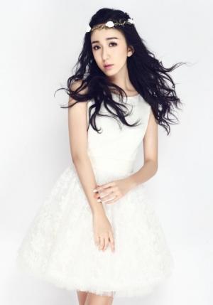 娄艺潇白色裙子梦幻写真图片