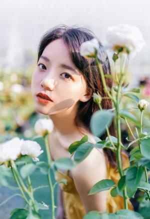 花园里黄色吊带裙16岁美少女唯美摄影