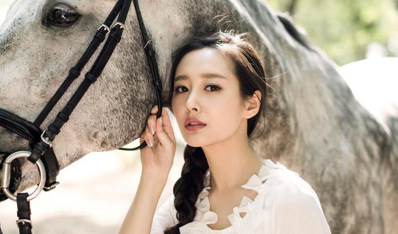 美女演员李纯林间清新自然与野马写真