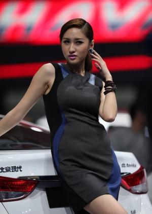 车模吴妍君车展摆拍姿势停不下来