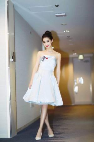 甄琪白色礼裙优雅甜美图片