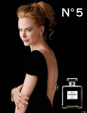 妮可·基德曼露背性感代言香水广告图片