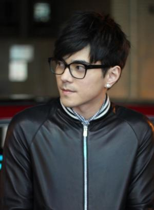 主持人李晨皮衣眼镜显成熟帅气