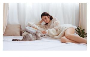 漂亮女孩和她的小猫咪