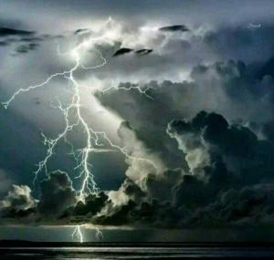 电闪雷鸣风景图片狂风骤雨前的平静
