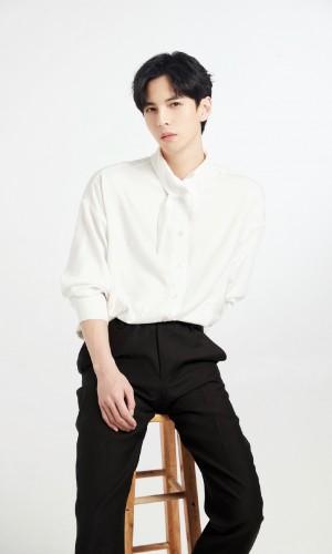 蒲熠星清爽白衬衫写真图片
