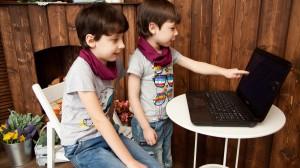 一起看电脑的孩子们