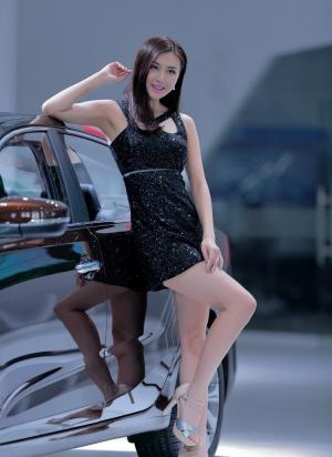 完美拍照姿势的靓丽车模图片