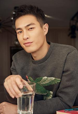 杨祐宁化身酷帅男友时尚写真