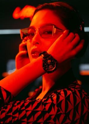 辛芷蕾黑橙光影酷帅性感写真图片