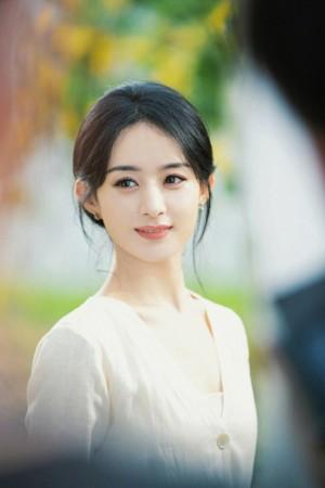 赵丽颖素色长裙淡雅写真