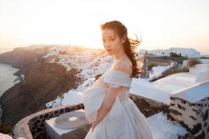 迪丽热巴露肩拖尾婚纱唯美写真