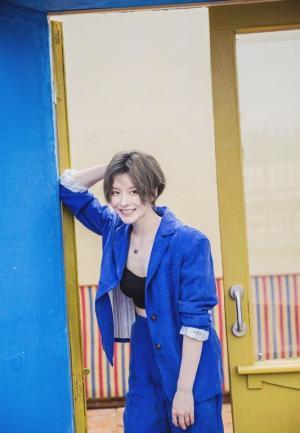 李萌萌蓝色西装帆布鞋利落短发帅气十足写真图片