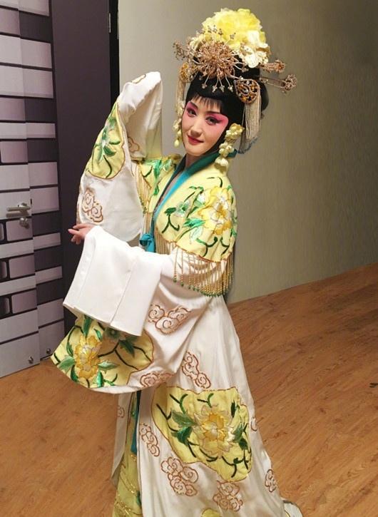 杨钰莹体验戏曲之美 一颦一笑优雅动人写真