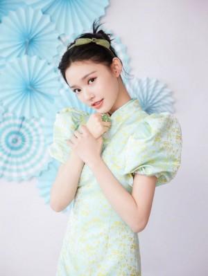 林允青色纱裙清新淡雅写真