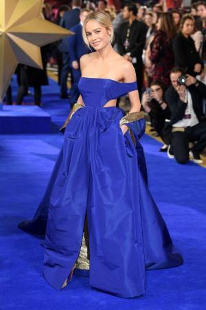 布丽·拉尔森蓝色低胸长裙现身《惊奇队长》首映礼