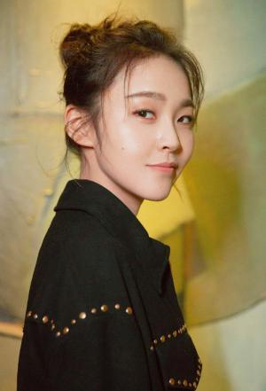 张佳宁甜美俏皮时尚写真图片