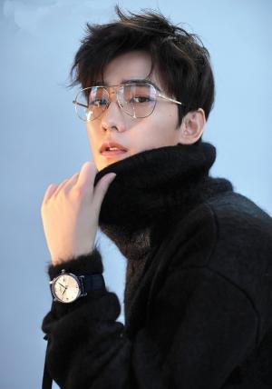 杨洋少年感十足眼镜杀魅力写真