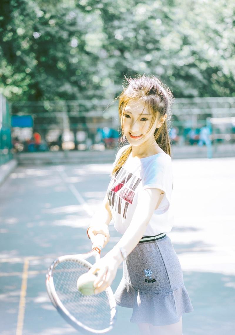 白皙网球性感少女甜美笑容清纯可人