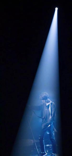 抖音上很火的王俊凯演唱会一束光