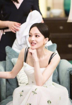 《歌手》张韶涵吊带白裙性感图片
