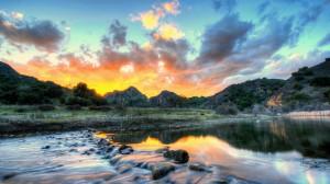 美妙静谧湖面风景桌面壁纸