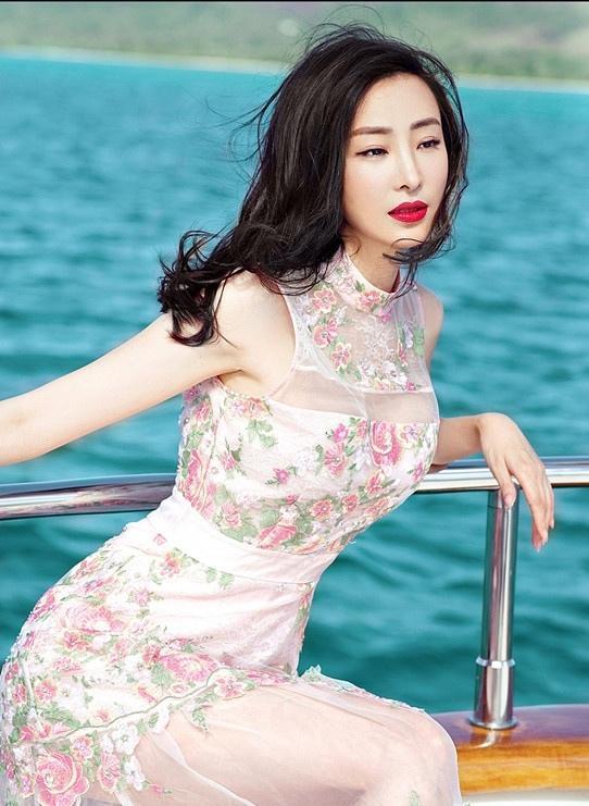 林静私人游艇出海 仙气透视长裙大秀性感写真