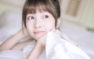 清纯白嫩被子里的奶茶少女写真图片美丽可爱