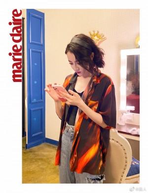 迪丽热巴帅气印花衬衫复古时髦写真图片