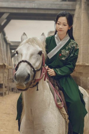 古装美女清新美艳骑马拿剑侠女装扮英气十足