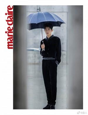 井柏然黑色丝绒西服撑伞氛围感大片