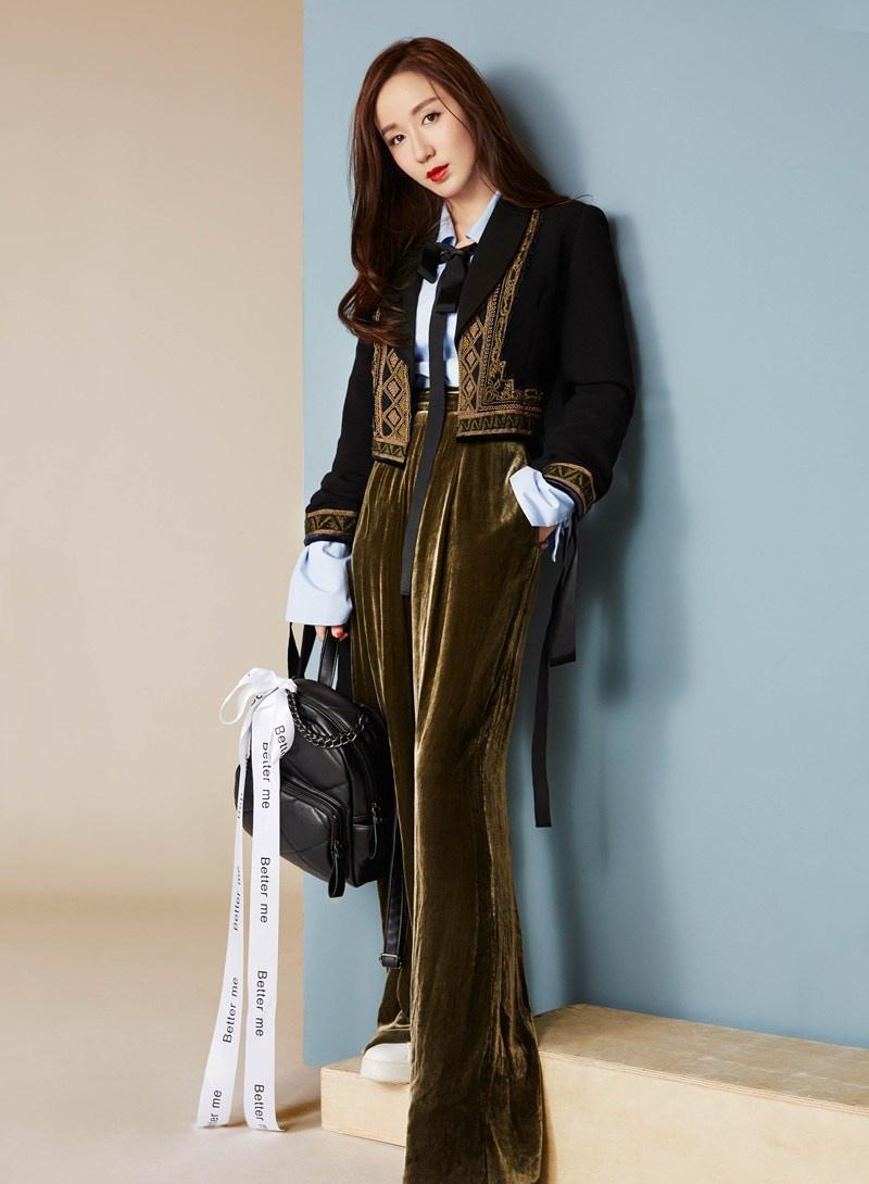 娄艺潇变身西装美人时尚写真杂志大片