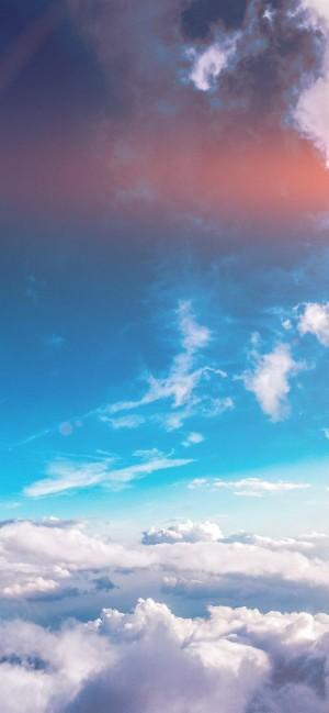 夏日阳光明媚的天空