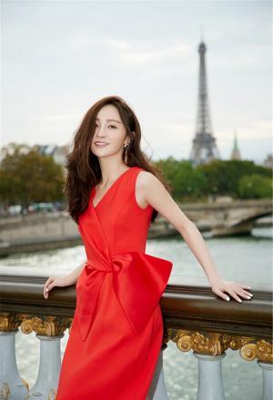 姚笛一袭高贵红裙漫步巴黎街头优雅街拍图片
