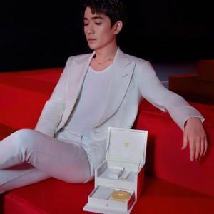 朱一龙白色西装套装俊逸有型写真图片