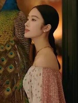 杨采钰波西米亚风长裙小露香肩天鹅颈写真图片