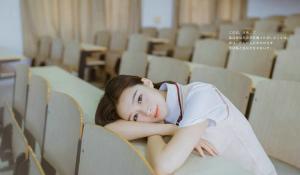清纯靓丽姐妹花校园操场亲密动人写真图片