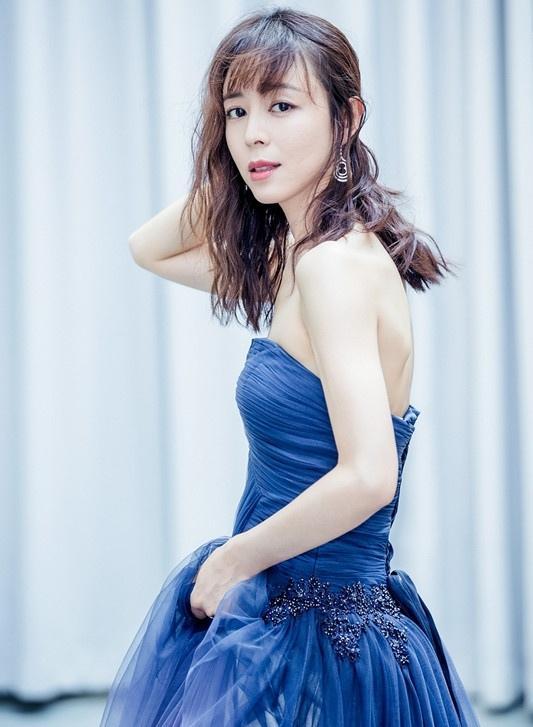 张静初海蓝色长裙尽显高雅气质 展妩媚性感写真