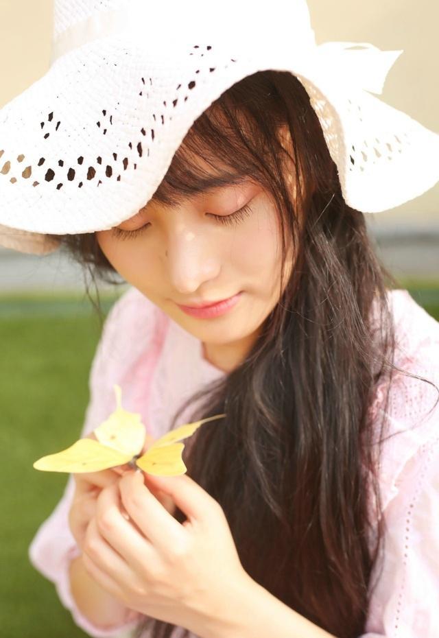 大眼刘海美女阳光艳丽迷人清新时尚写真