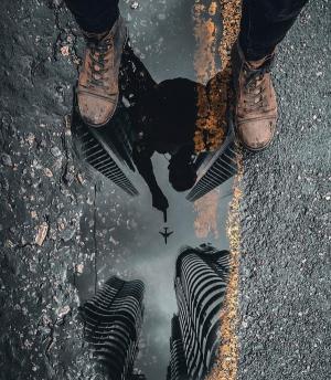 脚下的水洼倒影创意图片