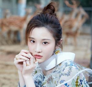 张慧雯百变造型清透妆容气质温柔森林时尚写真图片