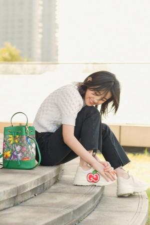 张子枫户外清新休闲写真图片