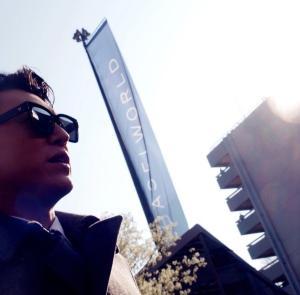 靳东巴塞尔街拍图片