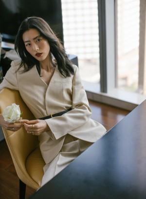 刘雯西服套装简约利落高级感写真图片