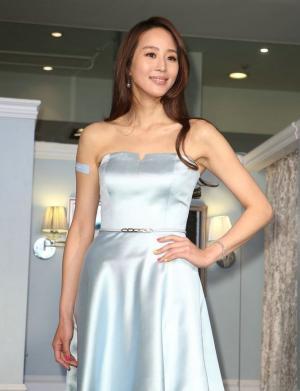 張鈞甯著抹胸短裙出席活動圖片,甜美笑容溫暖展迷人
