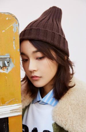 张佳宁青春活力时尚街拍图片